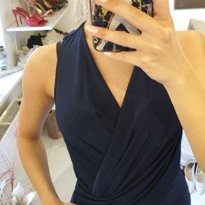 Super smuk gallakjole i navyblå, som kun er brugt én gang til en gallafest. Kjolen er lagt lidt op, da den var en smule for lang til mig. Jeg er 1.60 høj, og på billedet med sko på cirka 1.68 :-)