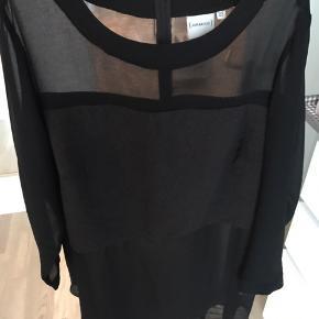 Sort kjole i gennemsigtig stof med leopard detalje. Brystmål: 126 cm