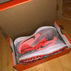 Nike sneakers i flotte sommerfarver!💐 - str. 38,5 Brugt nogle gange, dog kun indenfor til idræt - eneste flaw er små 'strømpeprikker' på indersiden, men kan ikke ses når man har skoene på!
