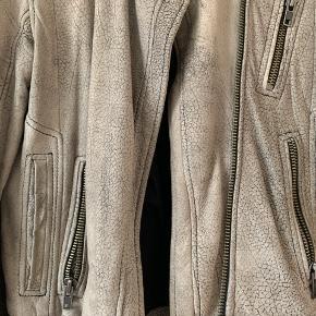Smukkeste læderjakke fra Samsøe&Samsøe. Brugt, men har ikke slid, huller eller misfarvninger ⭐️ nypris mener jeg var 2800kr⭐️