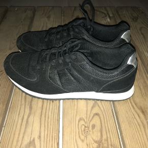 Sælger disse sko fra Even & Odo i str. 38. Brugt én gang. Sendes med DAO på købers regning.