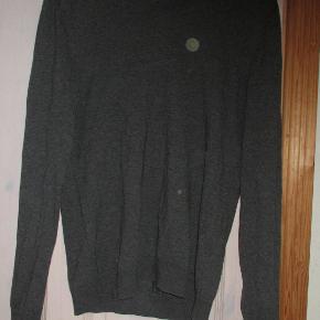 Grå bluse/Sweater fra Cos str S,, med lille V-hals 85 % Bomuld 15 % Kashmir Brugt men i god stand.  Se også mine flere end 100 andre annoncer med bla. dame-herre-børne og fodtøj.