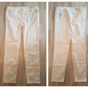 Lys abrikosfarvet jeans Gery Weber str. 48R Livvidde 102 cm Indv. Benlængde 82 cm Ikke brugt – stadig med tags Nypris 899 Pris 150,- pp