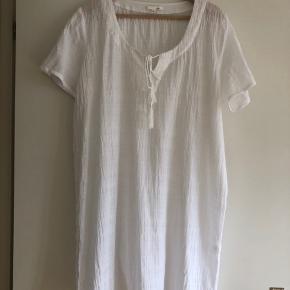 Super fin kaftan/kjole fra mærket Skin der laver super blødt tøj i organic bomulds.  Aldrig brugt  Nypris 1600kr Min. Pris 600kr