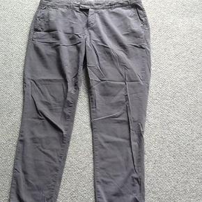 Varetype: Bukser chinos Farve: Grå  Flotte grå bukser. 2 skrålommer foran og 2 baglommer der lukkes med metalknapper.  100% bomuld.  Livvidde: 49 x 2 cm Indvendig benlængde: 73 cm.  Bytter ikke.