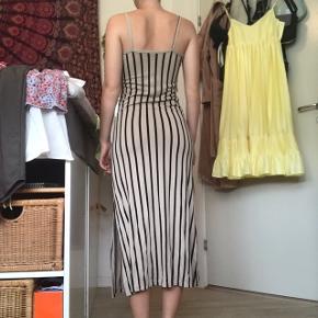 Sød stribet kjole fra Gina Tricot str xs. Lækker blød og sidder super behageligt. Perfekt til sommer. Brugt få gange, så god som ny😉 Byd endelig!