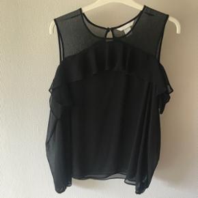 Sød sort skjorte med bare skuldre.  Sender gerne - køber betaler fragt  BYD