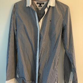 Flot skjorte fra Tommy Hilfiger - sælges da den er blevet for lille. Fremstår rigtig flot!   Sælger også en skjorte fra Ralph Lauren, så vi kan sagtens finde ud af en god samlet pris 😊   Kan også sendes på købers regning. Kan også sagtens få den transporteret til Aalborg hvor den kan afhentes. 😊