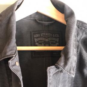 Sej denimjakke fra Levi's mandeafdeling (kan sagtens bruges af en pige) 😉🖤 Lidt stiv i stoffet fordi den ikke er brugt, men har oplevet med andre jakker, at det forsvinder så snart de bliver brugt lidt.  Byd gerne - vi kan også aftale mængderabat, hvis der købes flere stykker tøj på min side ☺️  Køber betaler fragt