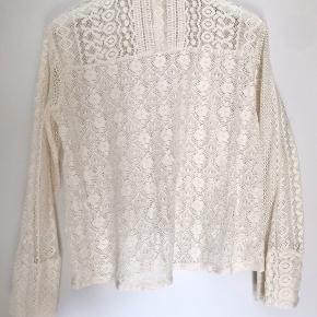 Blusen er aldrig brugt, og ser derfor ud som ny. Den kommer fra et røgfrit hjem.