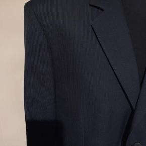 Mørkeblåt nålestribet jakkesæt fra Bertoni. Jakke str xxl Bukser str 38  Rigtig pæn stand. Nypris 3000kr  Køber betaler Porto.