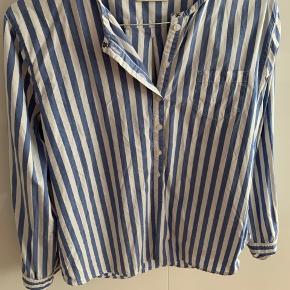 Flot skjorte som kun er brugt få gange. Sælges da jeg har flere skjorter der ligner denne.  Der står størrelse 40 i den, men vil mene den svarer til en stor small/almindelig medium.
