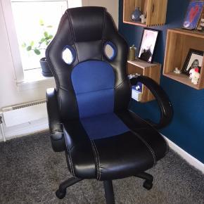På armlænet er stolen gået en smule i stykker, men fixet med gaffatape. Men det er ikke noget som kan mærkes eller ses specielt meget
