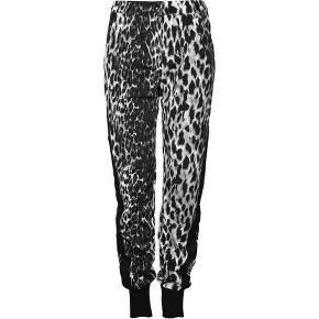 Fede leopard bukser med knapper ned af siden. Aldrig brugt. Nypris 899. Køber betaler porto.