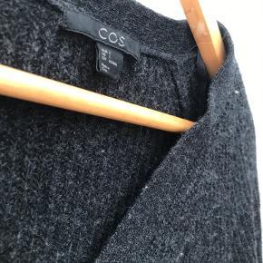 Mørkegrå cardigan fra COS i 100% lammeuld