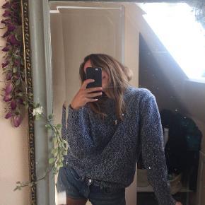 Lækker blåmeleret sweater fra H&M Edition i 100% uld. Sweaterens fit er en smule oversized. Den er i meget god stand - de eneste tegn på brug er en smule fnuller på undersiden af ærmerne, som der naturligt kommer over tid af vask. De kan nemt fjernes. Skriv gerne for flere billeder/mere info. ((: