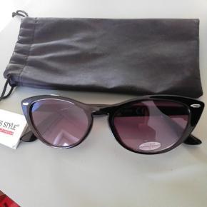 Cateye solbriller.. Desværre for små til mit store hoved🙄😎