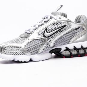 Nike Air Zoom Spiridon Cage 2 i Sølv/grå Helt nye, stadig i original æske. Kvittering fra Naked medfølger ved køb. Str. 38,5  Sælges udelukkende fordi min skostørrelse har ændret sig grundet graviditet.  Kan afhentes i Valby eller sendes med DAO  Prisen er fast!