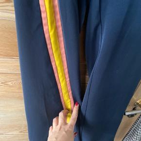 Blå med gul og rosa stribe i siden