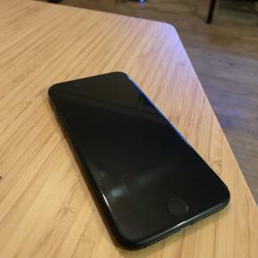 Sælger min iPhone 7 da jeg har købt ny. Lader medfølger. :-) Den fejler intet men har små lomme ridser :-)