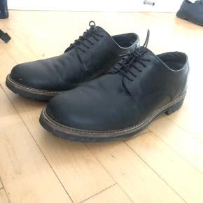 Sælger 3 par sko, som jeg ikke længere bruger.   Det ene par sko er fra H&M og er blevet brugt få gange. Det er i str. 43  Det andet par sko er fra Silver Street London og brugt 5-10 gange. Det er str. 42,5  Det tredje par sko er fra Redtape og brugt flere gange, men også plejer fint. Det er str. 42  Prisen kan forhandles ved hurtig handel.