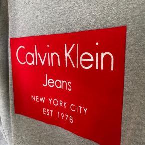 Jeg sælger denne fine Calvin Klein sweatshirt i str. small. Den er blevet brugt meget få gange da jeg synes den er lige det mindste til mig desværre :((  Derfor er den også i super fin stand!🌸  Nypris var 800 kr.  BYD endelig💛