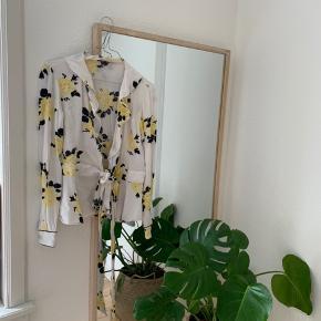 Jeg sælger denne ganni trøje. Jeg har selv købt den herinde, men jeg kan desværre ikke passe den :)  En størrelse 36