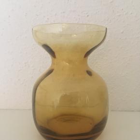 Smukt ravfarvet Hyacintglas fra Holmegaard  sælges. Højde 12,5 cm. Der er en lille fejl i glasset, hvilket prisen er sat efter. Se også mine andre annoncer, da jeg bl.a. sælger ud ad min samling af Hyacintglas. Jeg sender gerne ved betaling med MobilePay.
