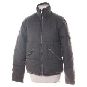 Sælger denne fantastiske vinter jakke, da jeg har fået en ny. Den er dejlig stor og rar, og man holder ihverfald varmen.  Np: 600kr Køber betaler fragt, eller kan afhente i Tilst
