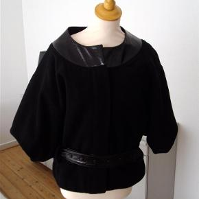 Brand: Preena for Topshop Varetype: Jakke / kimonojakke Størrelse: 38 ( 40) Farve: Sort  Velholdt kimonojakke i 65% uld/ 5% cashmere/ 30% polyester. Er foret, har lommer, skjult knaplukning og bælte.  Rummelig pasform.