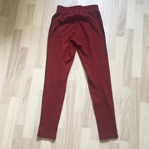 Fine joggingbukser fra mærket Rå. Bukserne er købt i Kings and Queens til 300 kr, og de er kun brugt få gange, fejler bestemt intet og er sat til en god pris!🌸