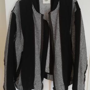 Smuk vævet jakke fra H&M Studio, størrelse XL, men kan passes af M-XL afhængig af hvordan man ønsker at den fitter. I god stand, kom med et bud :-)