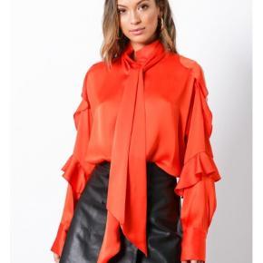Varetype: Skjorte Pallerno flæser pussy bow Farve: Rød Oprindelig købspris: 1800 kr.