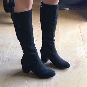 Lange støvler fra Nelly Shoes Gået med indenfor en enkelt aften - fejler intet!  Ruskind-agtigt materiale  Str. 36 🤍