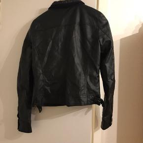 Flot jakke i kunstlæder. Ingen slid, næsten som ny.