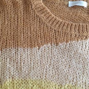 Løs-masket strik. Købt for stor, brugt sparsomt. Smuk sweater 🌞  Jeg bytter ikke.