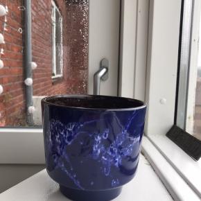 Smuk blå retro urtepotteskjuler fra West Germany 🌙 måler ca. 14 cm i diameter, og 12,5 cm i højden. Har en lille hårrevne, prisen er sat herefter 🤗  Bemærk - afhentes ved Harald Jensens plads eller sendes med dao. Bytter ikke 🌸  💫 Retro loppefund urtepotte urte potte skjuler vase keramik blå blåt mørkeblå