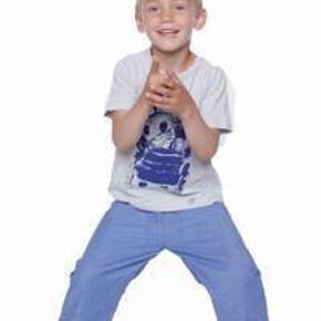 Varetype: BukserStørrelse: 6år Farve: Blå Oprindelig købspris: 500 kr.  Tynde bukser med justérbar talje. De er ubrugte, men vasket én gang. :)