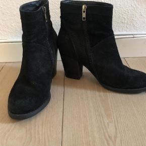 Kom med et bud og se også mine andre annoncer for andre støvler og gode tilbud  Andet Farve: Sort Oprindelig købspris: 1200 kr.