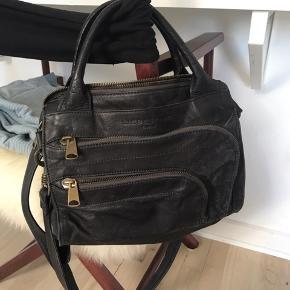 Rigtig lækker taske fra liebeskind Berlin! Standsmæssigt er den rigtig flot, det er klart at den har været brugt, men der er ingen større slidtegn på tasken. Byd endelig