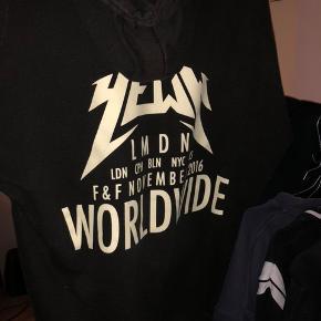 Yeezy talk worldwide hoodie, str m. Perfekt stand.  Kan meetup i Aarhus eller sendes