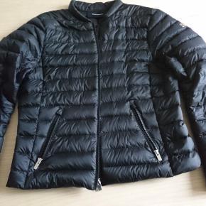 Peak Performance down liner jacket Str. L (men lille i størrelsen, svarer nærmest til M) sort Pris: 700 kr., ca. 40% af nypris Helt ny, købt for lille, har kun været prøvet på.   Kan afhentes på Frb efter aftale. Jeg sender gerne jakken, men køber betaler forsendelse.