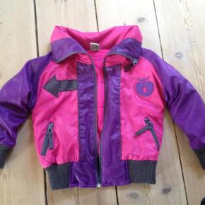 Varetype: jakkeStørrelse: 86-92 2år Farve: Lilla / Pink  Sælges for 200 inkl.