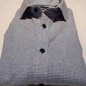 Langærmet skjorte fra Matinique. Hvid- og blåmønstret.