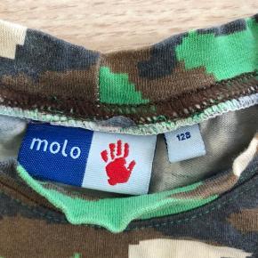 Molo T-shirt  Str 128  Brugt men fejler intet.  Kommer fra dyrefrit og røgfrit hjem.  Afhentes på adressen, 6710 eller sendes på købers regning.