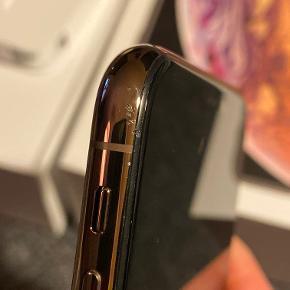 iPhone XS 256 gb. Gold. Velholdt og perfekt stand. EarPods aldrig brugt. Købt sept. 2018. Ridsen er forstørret stort op på billede. Men kan knapt ses i virkeligheden.