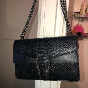 Kopi af en Gucci taske, er købt på hjemmesiden Trendday, til ca 600/650 kr, Kom med et bud