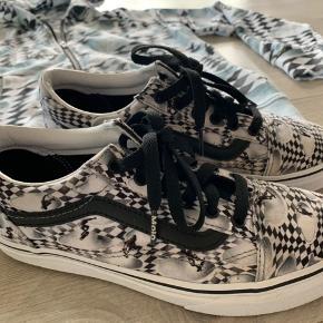 Hættetrøjen med lynlås, str 152. Er vasket, men ny. Skoene, som er Molos print på Vans, er str 36 og blot prøvet på. Print er skater.