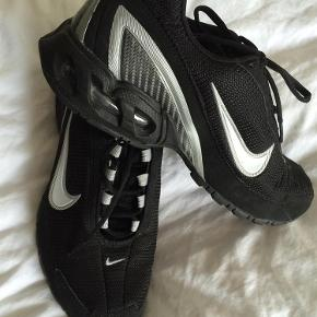 Varetype: Sneakers Størrelse: 42 1/2 Farve: Sort  Nike Air - Torch 3! Købt i USA!  Har været på få timer en gang - fortrinsvis indendørs!  kr. 400,- pp Pakkeporto u/omdeling med DAO Bytter kun til penge :-)