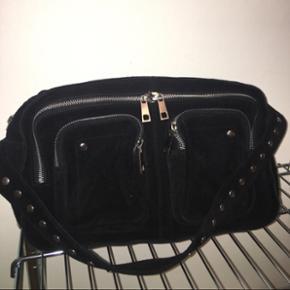 Sælger denne Nunoo Alimakka taske, i sort ruskind, med lang og kort rem.  Stort set ingen tegn på slid, sælges da jeg ikke bruger den.  Np: 1200kr Mp: 650kr eksklusiv fragt, da den ikke fejler noget